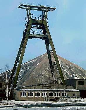 gigantisches Fördergerüst der im Jahre 1964 in Betrieb genommene Schachtanlage ''Bernhard-Koenen-Schacht II'' bei Nienstedt
